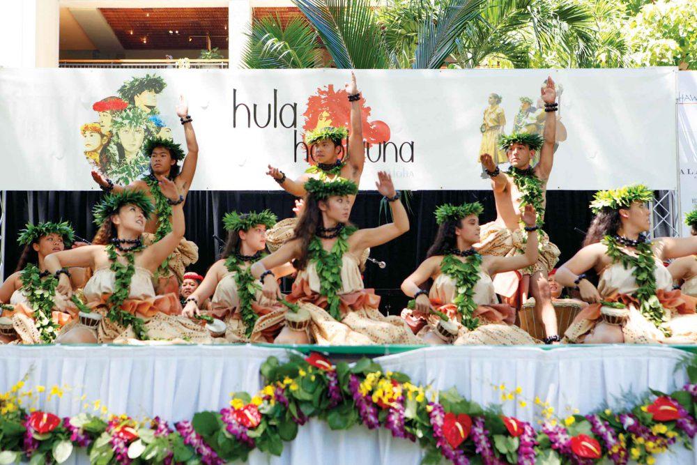 Mang cảm hứng Hawaii tạo không khí sôi động cho bữa tiệc tân niên công ty