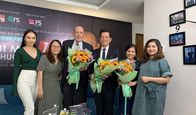 Đại diện đơn vị tổ chức tặng hoa cho diễn giả và các khách mời trong buổi giao lưu trực tuyến.
