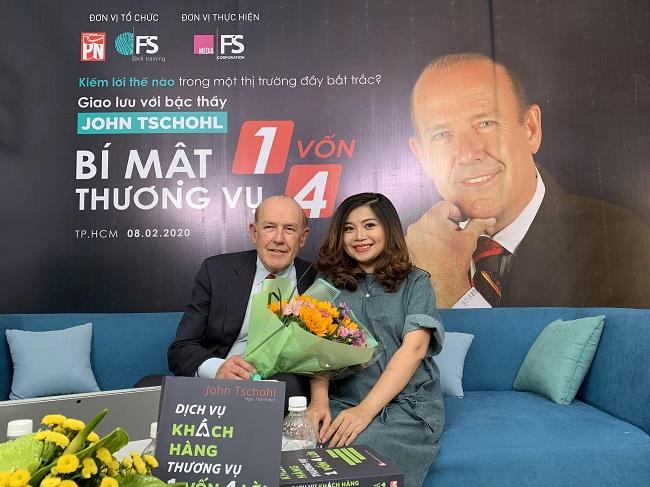 Bà Mỹ Nguyễn – Tổng Giám đốc Công ty cổ phần FSmart chụp ảnh lưu niệm cùng diễn giả John Tschohl.
