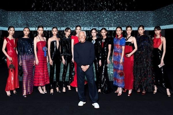 Nhà thiết kế Armani chụp ảnh cùng các người mẫu sau khi khép lại màn diễn kín. Ảnh: Giorgio Armani.