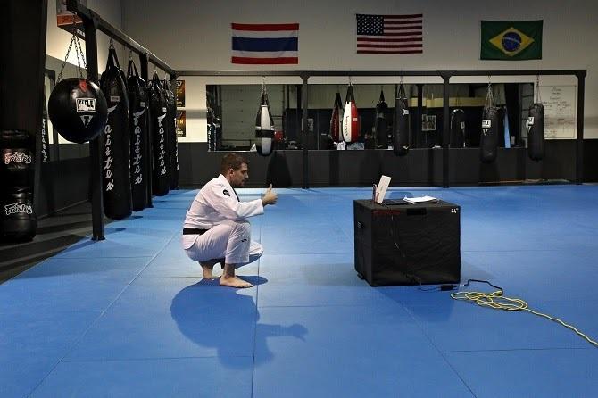 Một giáo viên võ thuật tại Maryland đang livestream cho các học viên. Ảnh: NYTimes.
