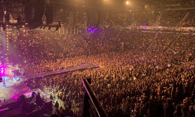Khán giả tới theo dõi buổi diễn tại Manchester tối 14/3. Ảnh: Twitter/stereophonics.