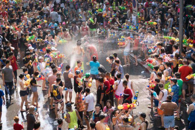 Người dân tham gia lễ hội té nước trong Tết Songkran ở Bangkok, Thái Lan, ngày 13/4/2019. Ảnh: ShopJJ