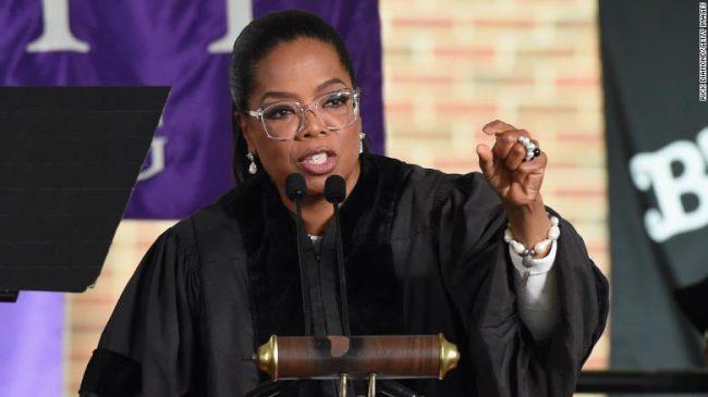 Oprah Winfrey trong một buổi lễ tốt nghiệp tại trường Agnes Scott College vào năm 2017. Ảnh: Rick Diamond/Getty Images / Getty