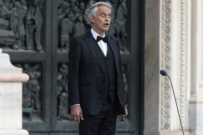 Andrea Bocelli hát trong đêm Phục sinh 12/4. Ảnh: AFP