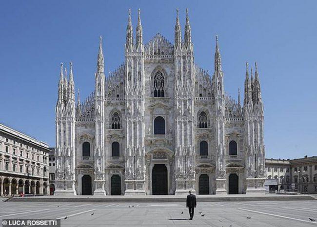 Khi Andrea Bocelli bước ra trước bậc thềm nhà thờ Duomo Milan hoang vắng chưa từng thấy, hành trình dùng âm nhạc chữa đau thương cũng bắt đầu. Ảnh: Luca Rossetti