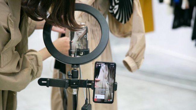Đội ngũ livestream chuẩn bị phát trực tiếp tuần lễ thời trang Thượng Hải. Ảnh: Courtesy of Dfo.