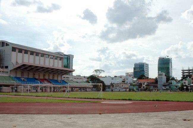 Sân vận động Hoa Lư tọa lạc tại khu vực trung tâm thành phố