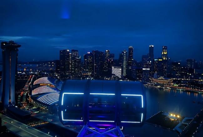 """Nhiều địa điểm được thắp lên ánh sáng xanh torng chuỗi sự kiện """"SeeItBlue."""