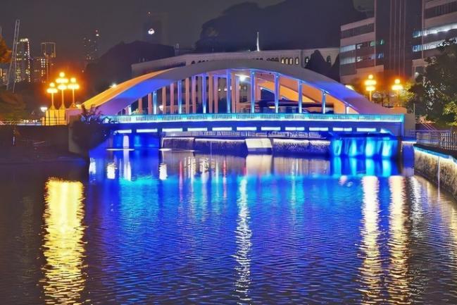 Sắc xanh lấp lánh phả xuống mặt nước của cầu đi bộ Elgin - nối liền hai khu Clarke Quay và Boat Quay.