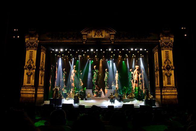 Sân khấu Q Show 2 của ca sĩ Lệ Quyên với concept thiết kế cổ điển của Châu Âu. Ảnh: Kênh 14.