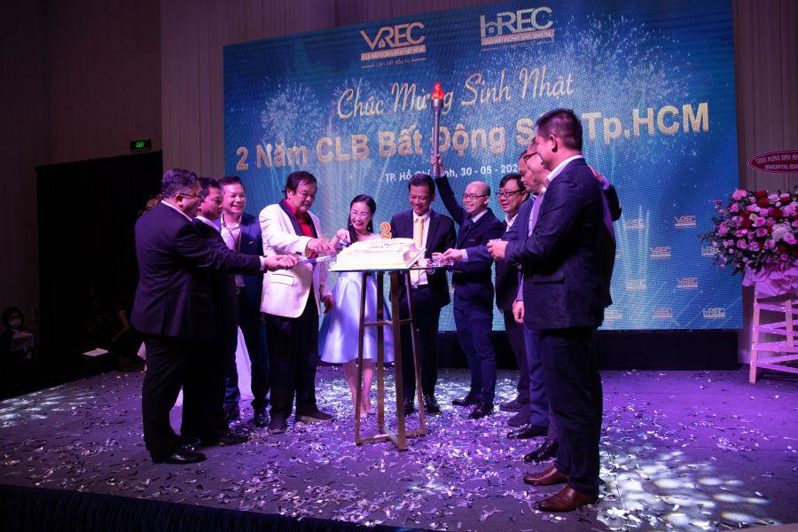 Ban chấp hành HREC cắt bánh chúc mừng sinh nhật 2 năm.
