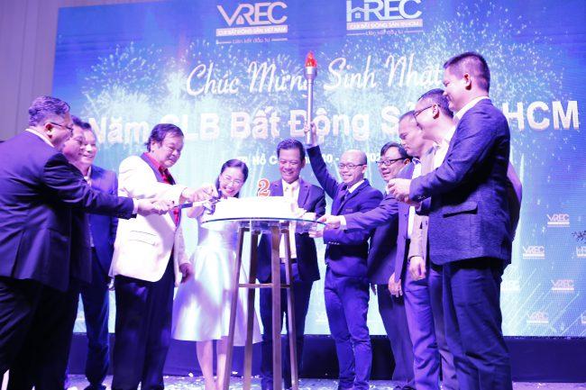 Ban chấp hành thực hiện Nghi thức chúc mừng sinh nhật HREC.