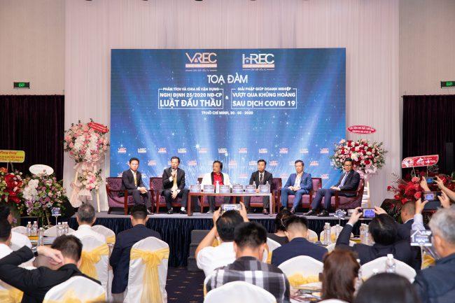 Quang cảnh buổi tọa đàm với các diễn giả là doanh nhân hàng đầu doanh nghiệp.