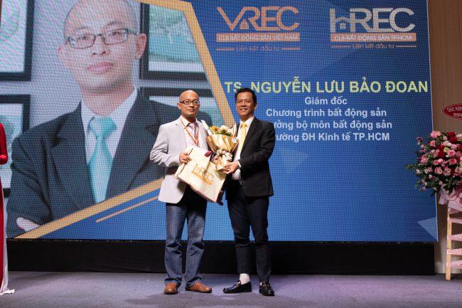 TS. Nguyễn Lưu Bảo Đoan nhận hoa và quà từ chủ tịch HREC Nguyễn Quốc Bảo.