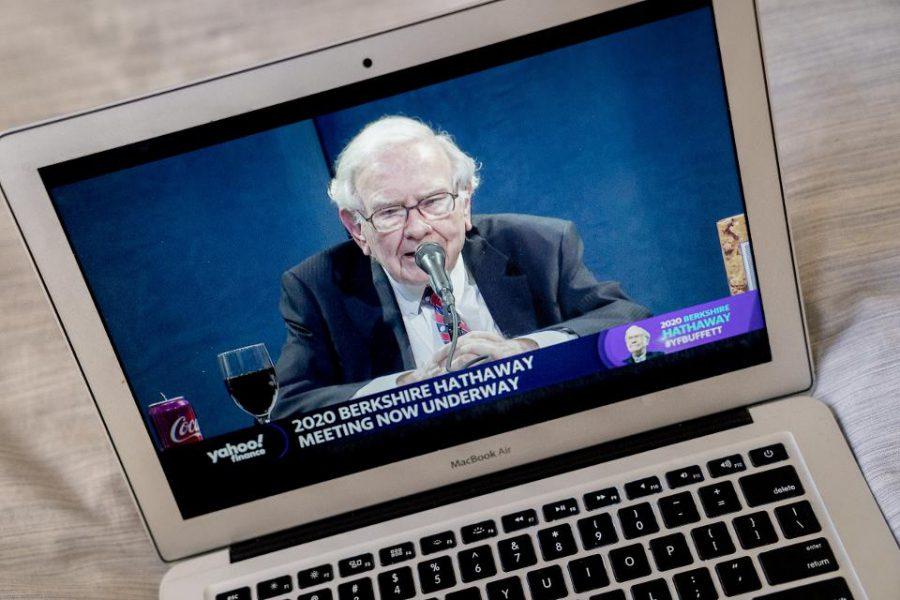 Warren Buffet phát biểu trong sự kiện đại hội cổ đông trực tuyến của Berkshire Hathaway vào tháng 5/2020. Ảnh: Andrew Harrer/Bloomberg.