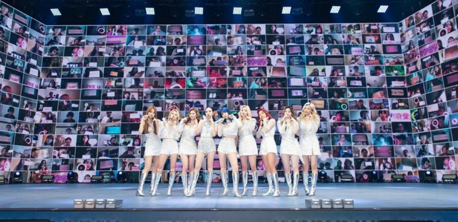 Twice chụp hình cùng người hâm mộ trong concert trực tuyến. Ảnh: JYP.