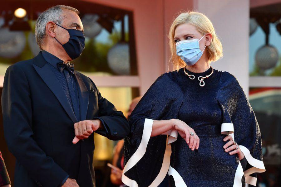 Liên hoan phim Venice 2020 gây sốt với thời trang chống dịch trên thảm đỏ. Ảnh 1.