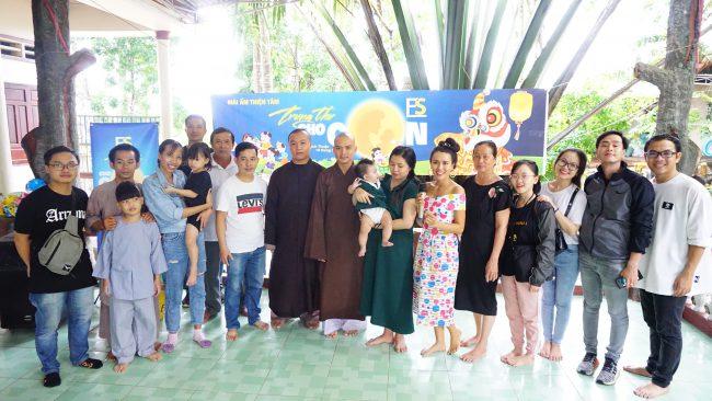 Đoàn công ty FSmart chụp hình lưu niệm với các sư thầy chùa Thiện Tâm