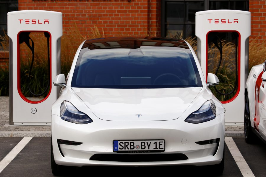 Tesla đã giới thiệu một thiết bị siêu nạp hỗ trợ sạc điện trong sự kiện ra mắt sản phẩm mới tại Berlin. Ảnh: Michele Tantussi/ Reuters.