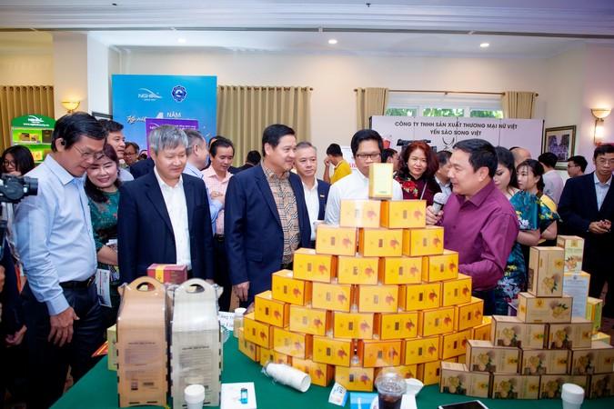 Các lãnh đạo tham quan gian hàng của các doanh nghiệp tham gia sự kiện.