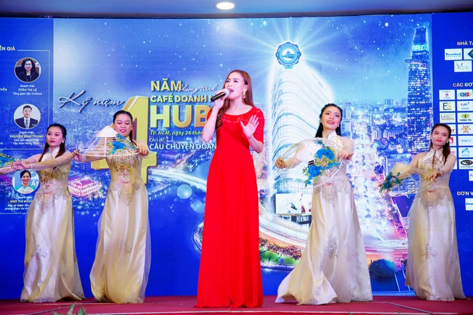 Tiết mục mở màn sự kiện kỷ niệm 4 năm Chương trình Café Doanh nhân HUBA.