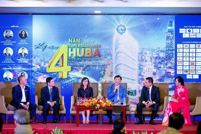 Phần tọa đàm Câu chuyện Doanh nhân với sự chia sẻ từ các khách mời là doanh nhân tên tuổi trên nhiều lĩnh vực.