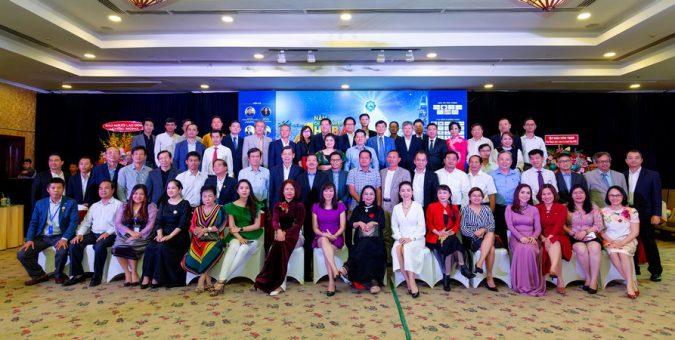 Các khách mời cùng chụp ảnh kỷ niệm sau sự kiện.