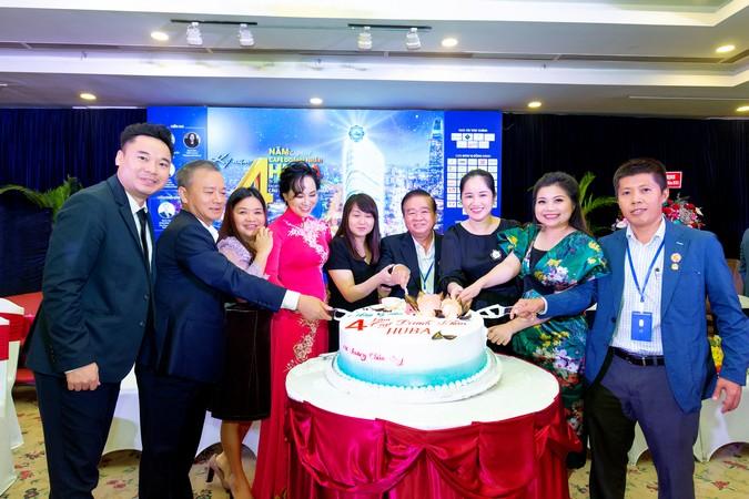 Các thành viên Ban điều hành cùng cắt bánh sinh nhật mừng 4 tuổi Chương trình Café Doanh nhân Huaba.