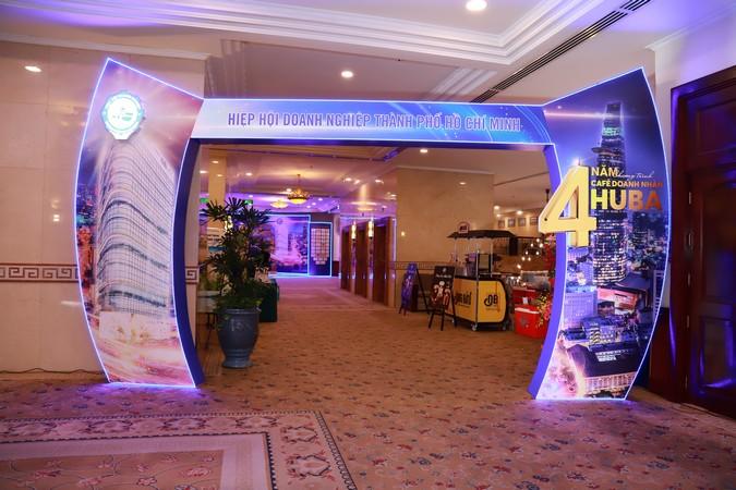 Cổng chào sự kiện được thiết kế hình cánh buồm nổi bật.