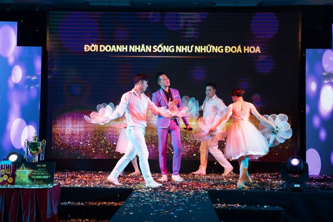 Tiết mục biểu diễn của ca sĩ Nguyễn Phi Hùng.